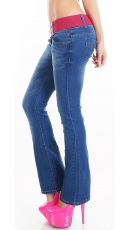 Bootcut-Jeans mit kontrastfarbenen Stretch-Gürtel in blue washed